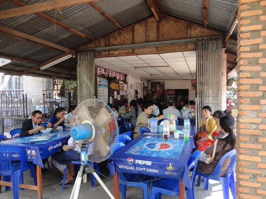 While walking around Vientienne (Laos), we spotted this little restaurant where factory workers go for lunch. They serve really yummy noodle soup there and super cheap too!
